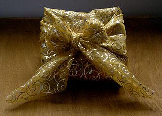 Christmas gift wrapped in furoshiki style di Wolfgang H. Wögerer, Wien, Austria