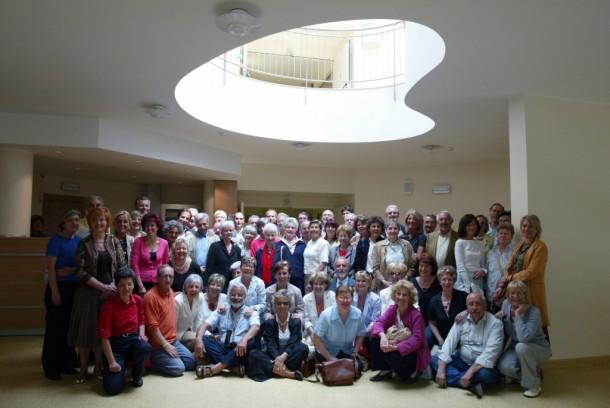 Un gruppo di volontari nella hall di Casa Vidas