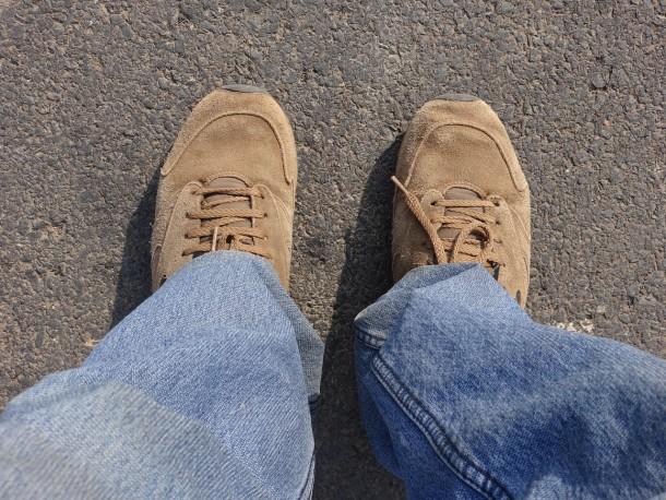 Rifletto mentre mi guardo le scarpe