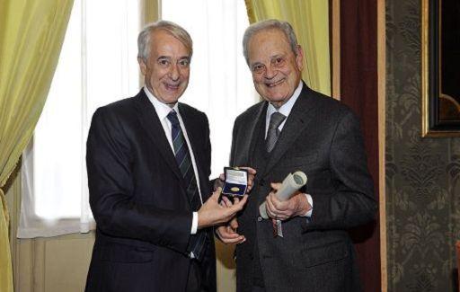 Giorgio Cosmacini del Comitato Scientifico Vidas riceve l'Ambrogino d'oro dal sindaco Giuliano Pisapia