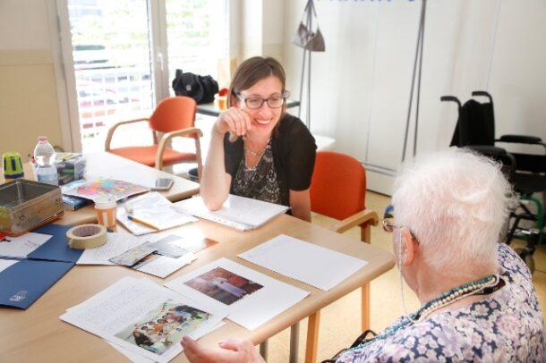 Marzia, la nostra terapista occupazionale, insieme ad una paziente nel long day VIDAS